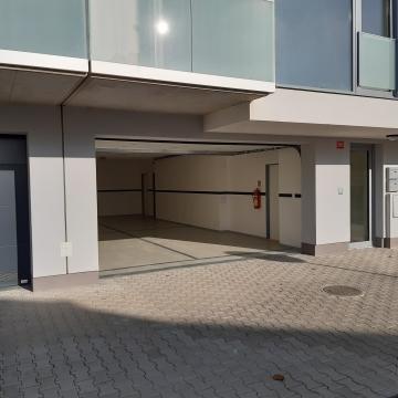 Vchod do domu a garáž